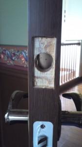 扉への穴あけ2