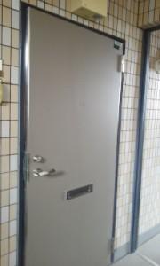 玄関ドアの建付け不良1